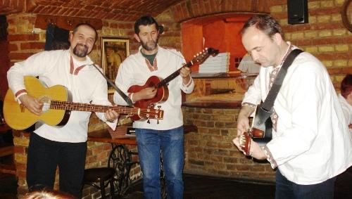 Sarma Band v Pizzerii Roma Uno, zleva: Duki, Pera tambura, Nikola